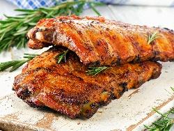 Сочни свински ребърца в плик за печене с марината от мед, чесън, канела, лимонов сок, соев сос, доматено пюре и кориандър - снимка на рецептата